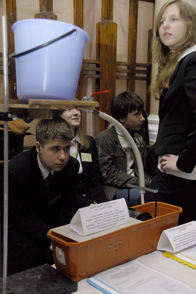 Действующая модель гидростанции на сточных водах показанная на фестивале Одаренные дети Украины в Киеве 28 мая 2008 года. Фото: The Epoch Times