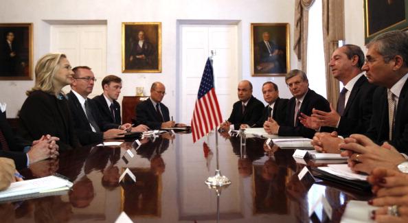 Державний секретар США Хілларі Клінтон (ліворуч) та члени її делегація зустрілися 18 жовтня 2011 р. із мальтійським прем'єр-міністром Лоуренсом Гонзі та його делегацією в Валлетті, де вона провела переговори щодо ситуації в Лівії. Фото: Kevin Lamarque/Get