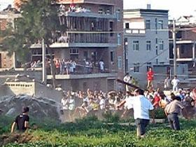 Столкновение крестьян с полицией. 31 августа 2009 год. Посёлок Фэнвэй провинции Фуцзянь. Фото: FRA