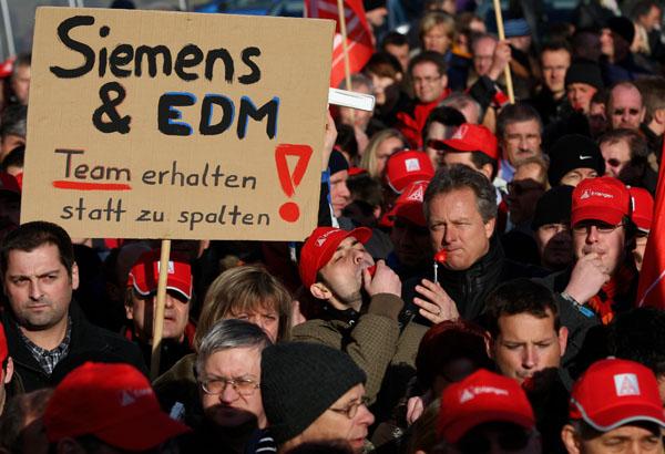 Работники немецкой промышленной группы Siemens AG протестуют против сокращений рабочих мест в компании в Мюнхене, Германия. Фото: Miguel Villagran/Getty Images