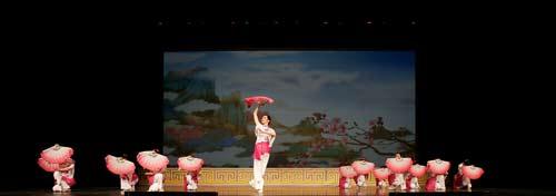 """Виконання танцю """"Квітка сливи"""". Фото: Бужень/Велика Епоха"""