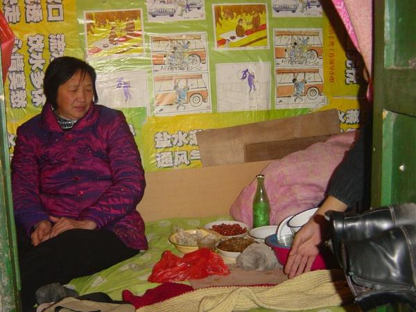 Апелянтка влаштувала собі святковий обід: їсть пельмені та згадує свою сім'ю. Фото з epochtimes.com