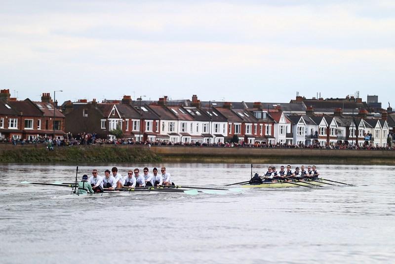 Лондон, Англія, 31 березня. Команди університетів Оксфорда і Кембриджа змагаються під час традиційної щорічної регати на Темзі. Фото: Clive Rose/Getty Images