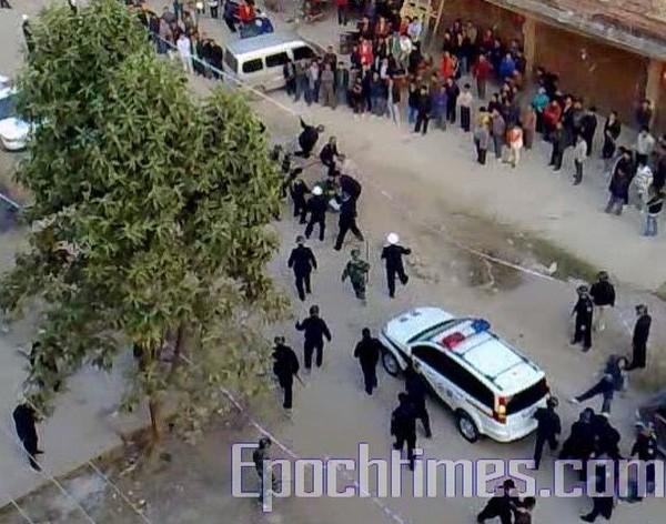 Полицейские расправились с недовольными крестьянами. Посёлок Шитан Гуанси-Чжуанского автономного района. 1 декабря 2009 год. Фото: The Epoch Times