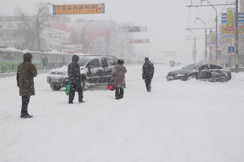 Снегопад парализовал движение общественного наземного транспорта в Киеве. Фото: Владимир Бородин/Великая Эпоха