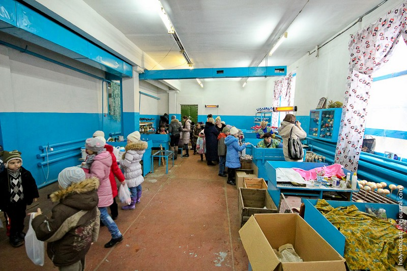 Останній етап — розпис іграшок в найбільш затишному цеху. Фото: holy-mozart.livejournal.com