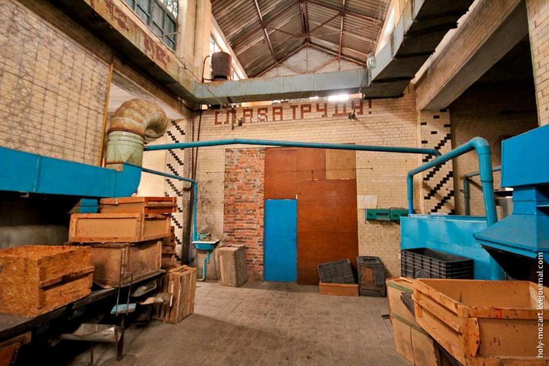 Фабрика была открыта в 1946 году. С тех пор здесь мало что изменилось. 95% работы выполняют вручную. Фото: holy-mozart.livejournal.com