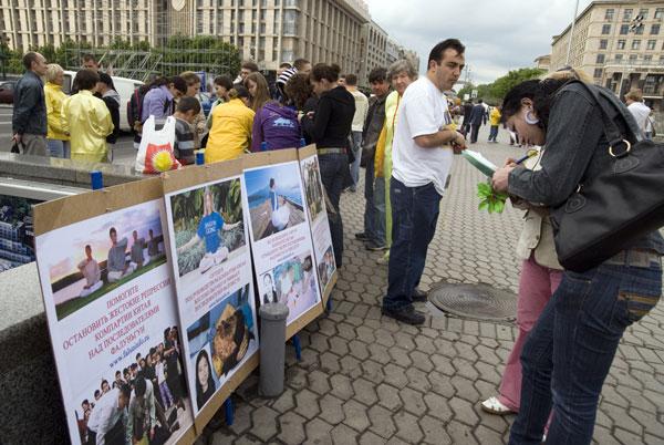 Последователи Фалуньгун на площади Независимости в Киеве собирают подписи против репрессий Фалуньгун в Китае в Международный День Фалунь Дафа 13 мая 2008 года. Фото: The Epoch Times