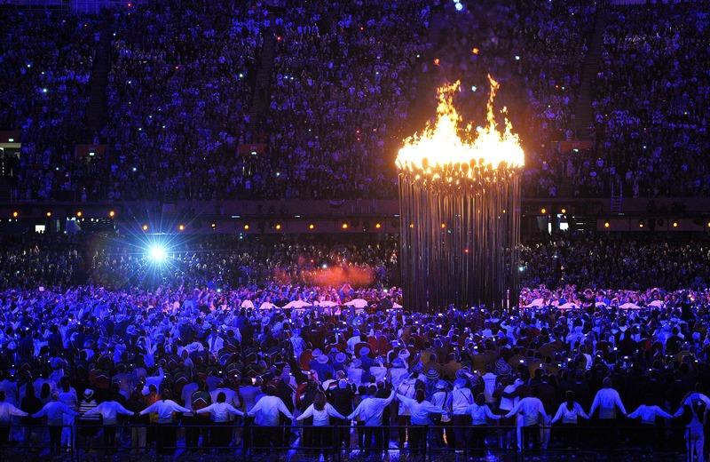 Лондон, Англия, 27 июля. Олимпийский огонь зажжён на Олимпийском стадионе. Фото: John Stillwell — WPA Pool/Getty Images