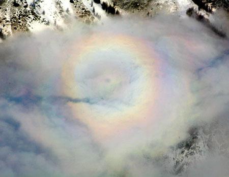 8 лютого 2007 року «сяйво Будди», природне оптичне явище, було відмічене в живописному місці Байхаба над озером Канас в провінції Сіньцзян. Фото: Велика Епоха