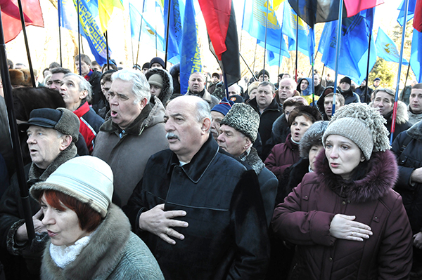Участники Памятной акции исполняют Гимн Украины возле памятника Героев Крут на Аскольдовой могиле в Киеве 29 января 2011 года. Фото: Владимир Бородин/The Epoch Times