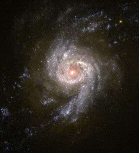 6 сентября 2001 г. Галактика «взрывающихся звезд». Среди этих звезд образуются и в высшей степени активные новые звезды. Фото: NASA and The Hubble Heritage Team (STScI/AURA)