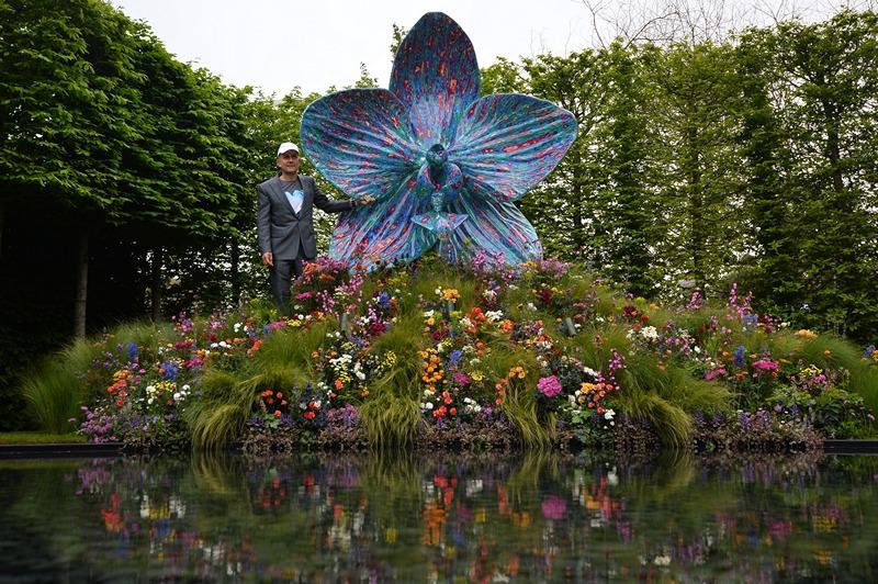 Британський художник Марк Куїнн створив скульптуру у вигляді орхідеї до 100-річчя виставки квітів у Челсі для кампанії збору 1 млн фунтів стерлінгів у фонд підтримки садівників. Фото: BEN STANSALL/AFP/Getty Images