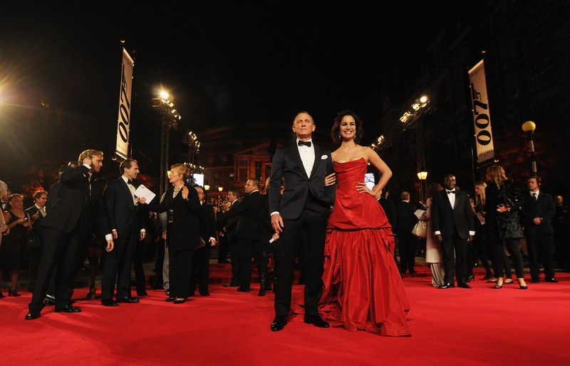 """Лондон, Англия, 23 октября. Дэниел Крэйг и Беренис Марло на премьере фильма о Джеймсе Бонде «007: Координаты """"Скайфолл""""» в Альберт-холле. Фото: Eamonn McCormack/Getty Images"""