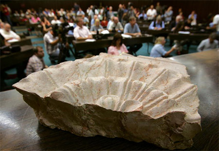 Часть гроба Ирода, которую продемонстрировали на пресс-конференции  в Еврейском Университете.  Иерусалим. 8 мая 2007г.. Фото: David Silverman/Getty Images