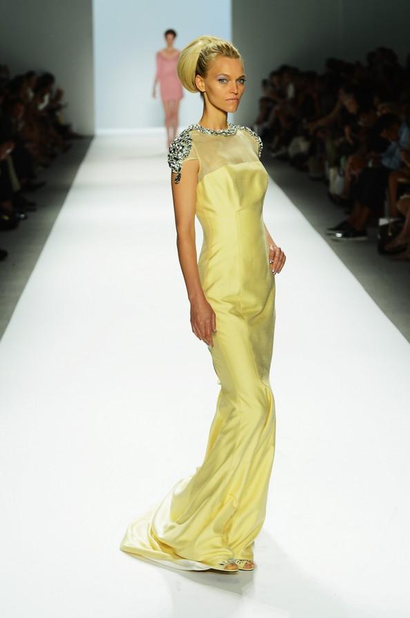 Zang Toi показав свою романтичну колекцію на Mercedes-Benz Fashion Week у Нью-Йорку. Фото: Frazer Harrison/Getty Images для Mercedes-Benz