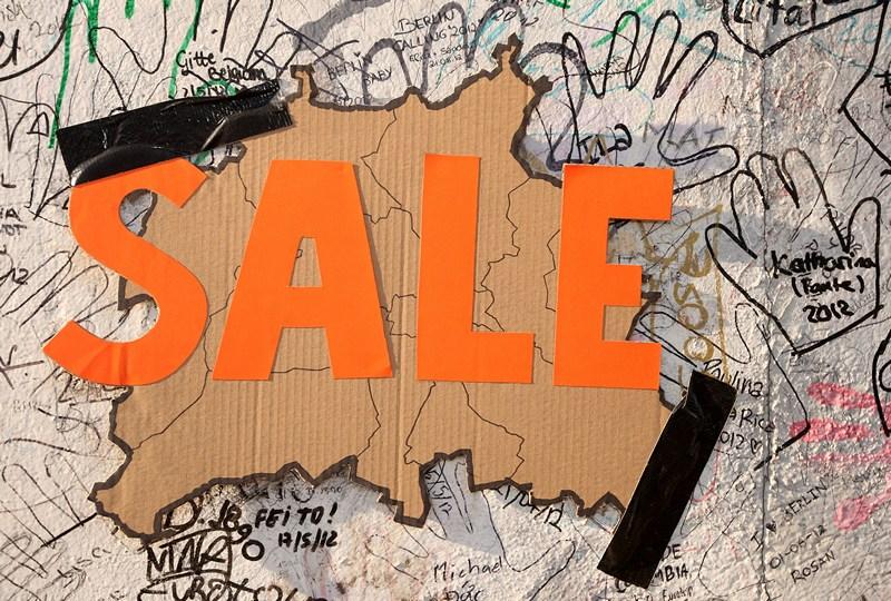 Берлін, Німеччина, 4 березня. Карта міста з написом «На продаж» приклеєна до берлінської стіни на знак протесту проти планів знесення залишків стіни заради зведення на цьому місці 14-поверхового готелю. Фото: Adam Berry/Getty Images