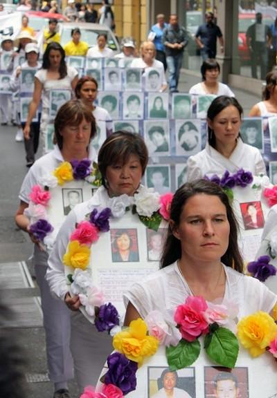 Колонна, рассказывающая о погибших в результате репрессий последователей Фалуньгун. Мельбурн, Австралия. 3 декабря 2009 г. Фото: Чен Мин/The Epoch Times