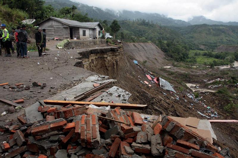 Север острова Суматра, Индонезия, 4 июля. Тысячи человек остались без крова после мощного землетрясения. Фото: ATAR/AFP/Getty Images
