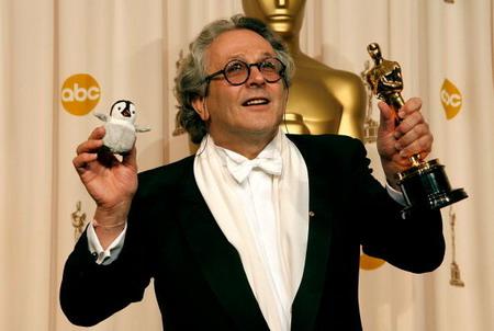 Джордж Миллер (George Miller) держит золотую статуэтку. Лучшим анимационным фильмом назван полнометражный мультфильм Делай ноги  (Happy Feet ). Фото: Vince Bucci/Getty Images