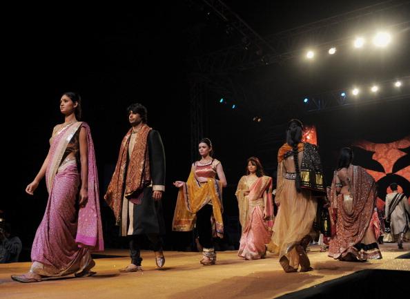 Презентация коллекции от Шьямал и Bhumika в Ахмедабад. Фото SAM PANTHAKY/AFP/Getty Images