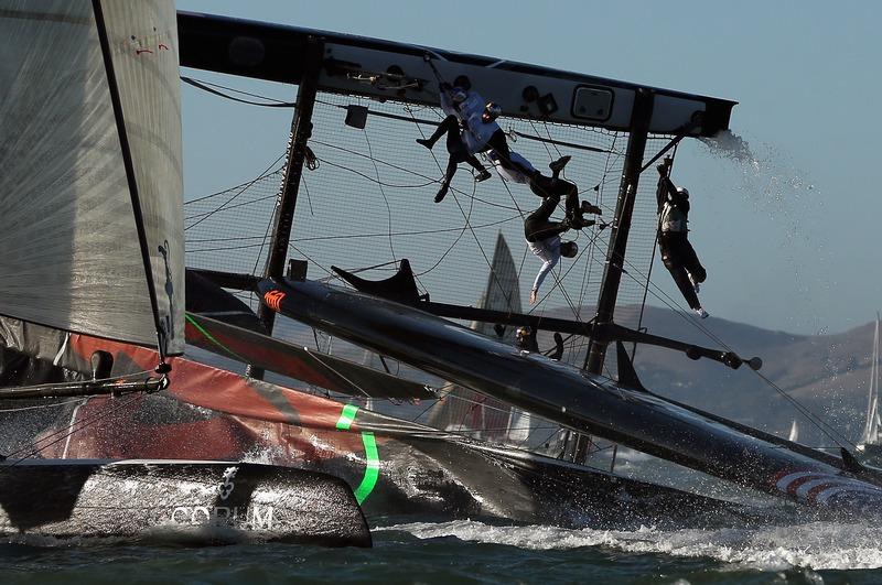Сан-Франциско, США, 6 октября. Яхта команды США АС45 опрокинулась во время регаты «Кубок Америки». Фото: Ezra Shaw/Getty Images