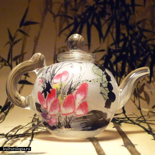 Когда мода на нюхательный табак ушла в прошлое, роспись флаконов для табака заменили елочные шары и декоративная посуда. Фото: kulturologia.ru