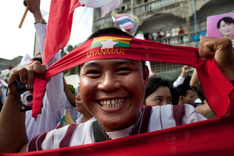 Самутсакхон, Таиланд, 30 мая. Бирманский рабочий-мигрант с флагом Бирмы на встрече с лидером бирманской оппозиции Аун Сан Су Чжи, прибывшей на Всемирный экономический форум. Фото: Paula Bronstein/Getty Images