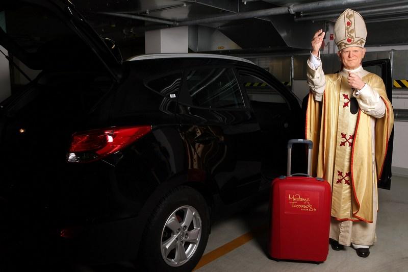Берлин, Германия, 17мая. Восковая фигура папы римского Иоанна Павла II перед отправкой из Музея мадам Тюссо на празднование 92-летия со дня рождения понтифика в его родном городе Вадовице. Фото: Adam Berry/Getty Images