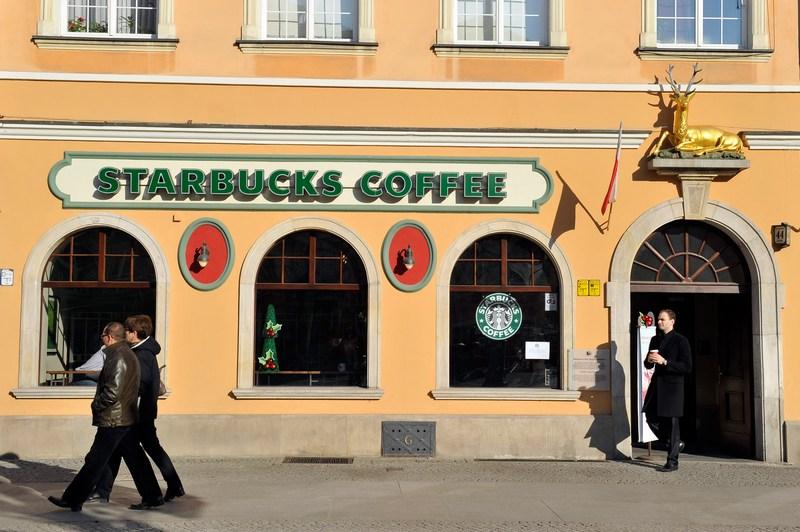 Кав'ярня Starbucks. Фото: Claudio Villa/Getty Images