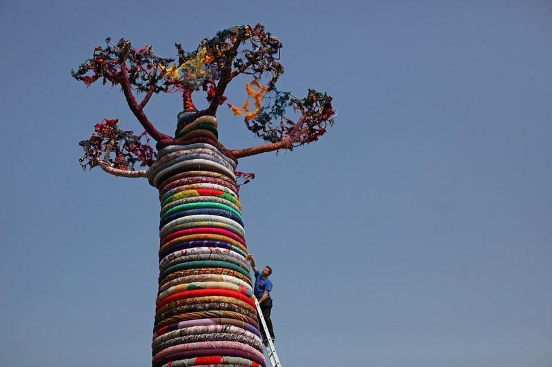 Лондон, Англия, 24мая. Майк де Батт завершает оформление гигантской скульптуры «Под баобабом», представленной на выставке «Фестиваль мира» в Саут-Банке. Фото: Dan Kitwood/Getty Images