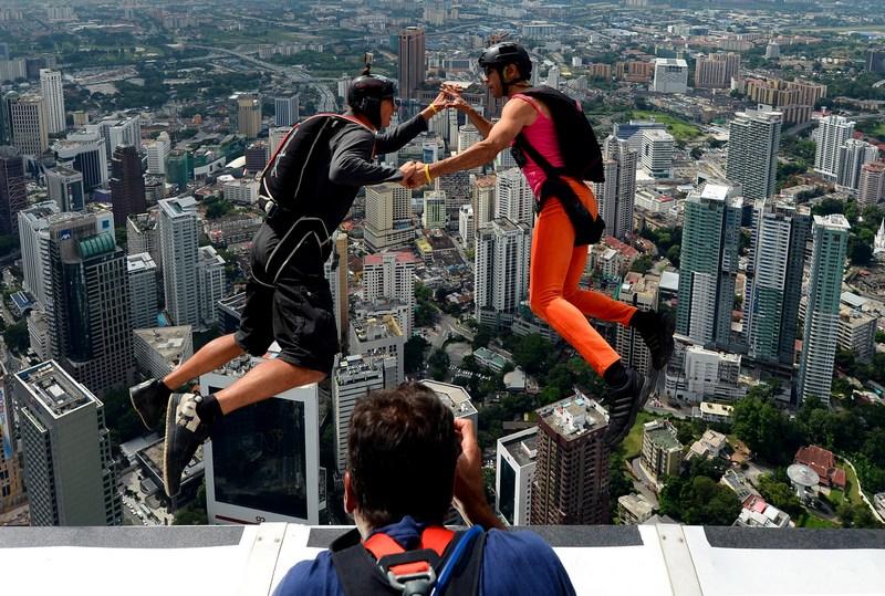 Куала-Лумпур, Малайзія, 27 вересня. Французькі бейсджампери стрибають з 421-метрової вежі на міжнародних змаганнях екстремального спорту. Фото: MOHD RASFAN/AFP/GettyImages