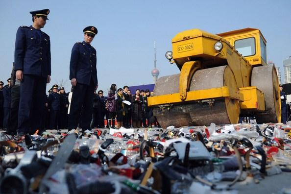 В Китае уничтожили большую партию фальшивых очков. Фото: ChinaFotoPress/Getty Images