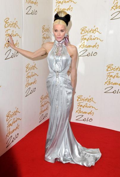 Наряды гостей на торжественной встрече Награды Британской Моды - 2010 в Лондоне. Фото Gareth Cattermole/Getty Images