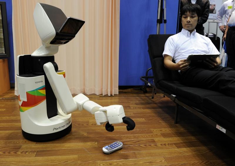 Токио, Япония, 26 сентября. Компания «Тойота» продемонстрировала домашнего робота-помощника на выставке «Домашнее хозяйство и средства реабилитации». Фото: YOSHIKAZU TSUNO/AFP/GettyImages