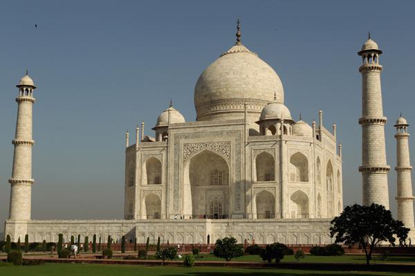 Тадж-Махал был построен по приказу императора Великих Моголов Шах-Джахана в память о жене Мумтаз-Махал, умершей при родах (позже здесь был похоронен и сам Шах-Джахан). Фото: Phil Walter / Getty Images