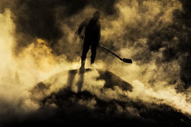 Адская работа. Приготовление древесного угля в трансильванской деревне. Румыния. Фото: Razvan Teodoreanu/travel.nationalgeographic.com