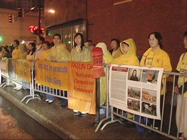 Акція, присвячена дев'ятій річниці з дня «інциденту 25 квітня» напроти китайського консульства м. Чикаго (США). Фото з minghui.ca