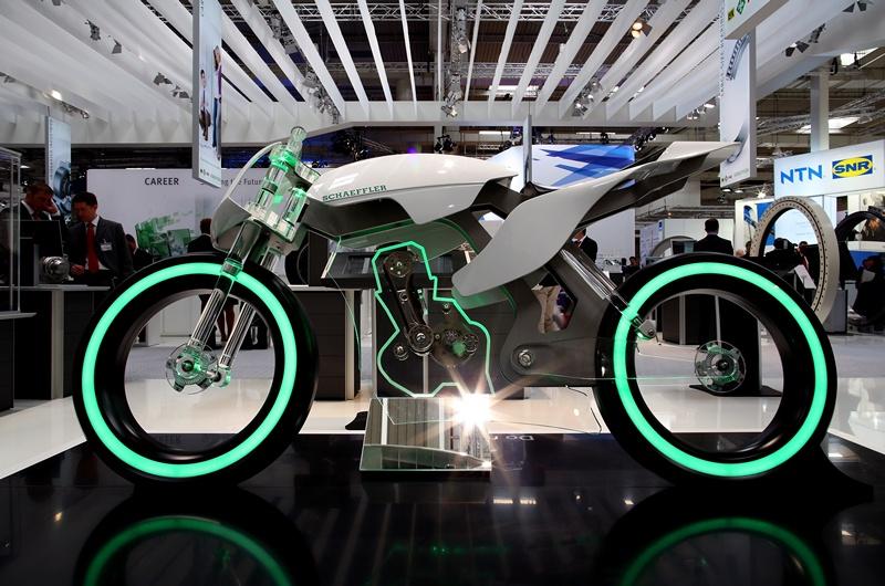 Ганновер, Німеччина, 8 квітня. Німецька компанія «Schaeffler technologies» представила мотоцикл зі скла на щорічній торгово-промисловій виставці передових технологій. Фото: RONNY HARTMANN/AFP/Getty Images