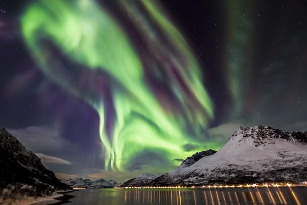 Космический танец. Полярное сияние над Люнген-фьордом, северная Норвегия. Фото: Eric Nathan/travel.nationalgeographic.com