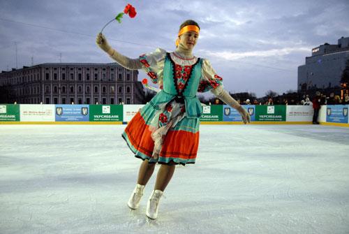Девушка в украинском костюме на открытии ледового катка в Киеве на Софиевской площади 13 января. Фото: Великая Эпоха