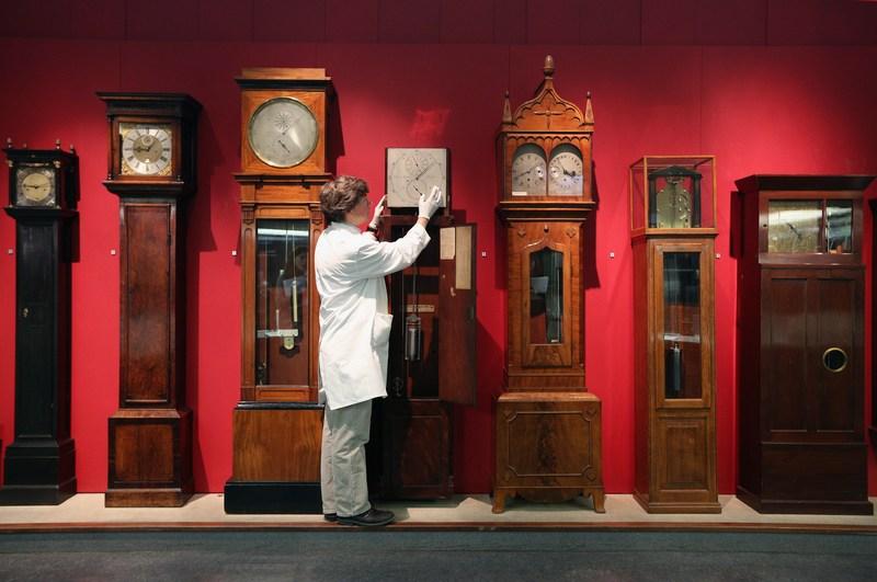 Лондон, Англія, 26жовтня. Зберігач «Галереї часу» Наукового музею, що налічує понад 500хронометрів, переводить стрілки годинника у зв'язку із завершенням «літнього періоду». Фото: Oli Scarff/Getty Images