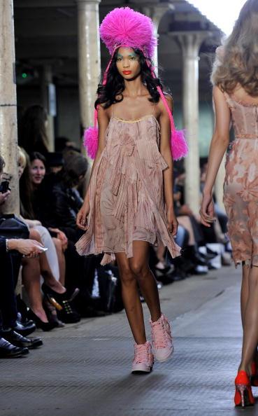Презентация колекции от Kelly Brook весна / лето 2011 на шоу моды в Лондоне, Англия. Фото Gareth Cattermole/Getty Images