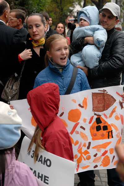 Незадоволені власники квартир протестують біля Кабміну . Фото: Володимир Бородін/The Epoch Times