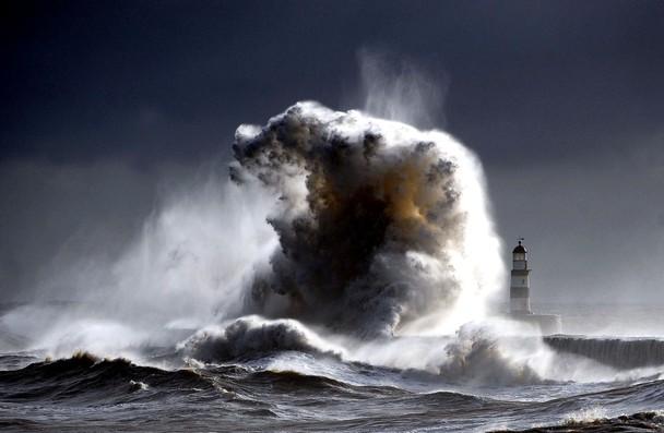 Бушующее Северное море. 30-ти метровые волны обрушиваются на побережье рядом с маяком города Сихем. Графство Дарем, Англия. Фото: Owen Humphreys/travel.nationalgeographic.com