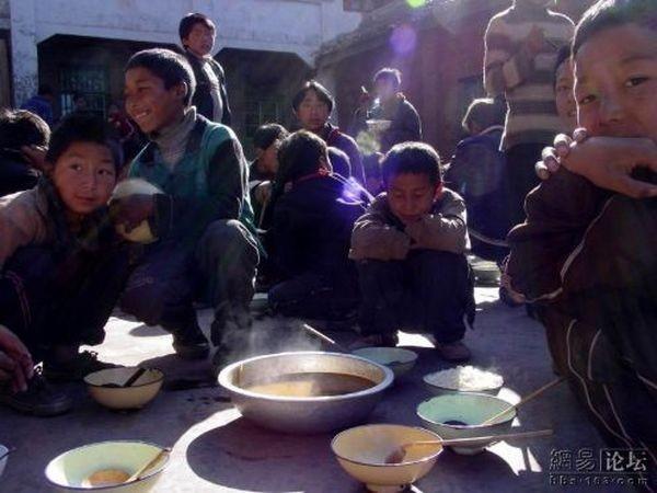 Бедные районы провинции Сычуань. Обед в школе между уроками. Фото: aboluowang.com