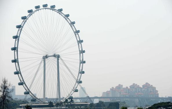 Колесо огляду в Сінгапурі. Місто оповив сильний смог. Фото: ROSLAN RAHMAN/AFP/Getty Images