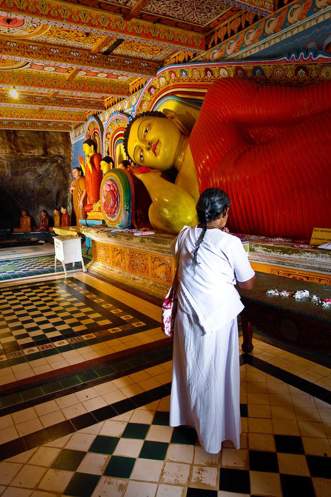 Молитва біля статуї Будди. Анурадхапура. Фото: stachelig/Flickr