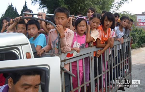 Цей вантажний автомобіль вміщає більше 50 селянських дітей, які по гірських дорогах щодня їдуть до школи і назад додому. Околиці китайської провінції Гуандун – великого промислового центру. Вересень 2011. Фото: news.ifeng.com