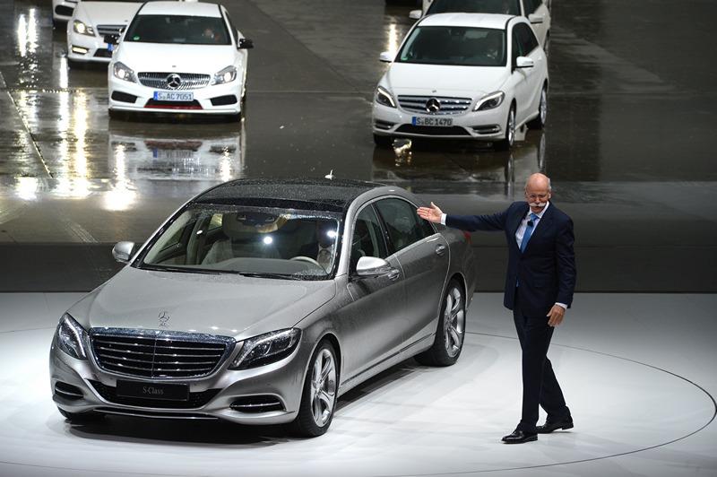 Гамбург, Німеччина, 15 травня. Глава автоконцерну «Мерседес-Бенц» Дітер Цетше представляє нове покоління седанів S-класу. Фото: MARCUS BRANDT/AFP/Getty Images